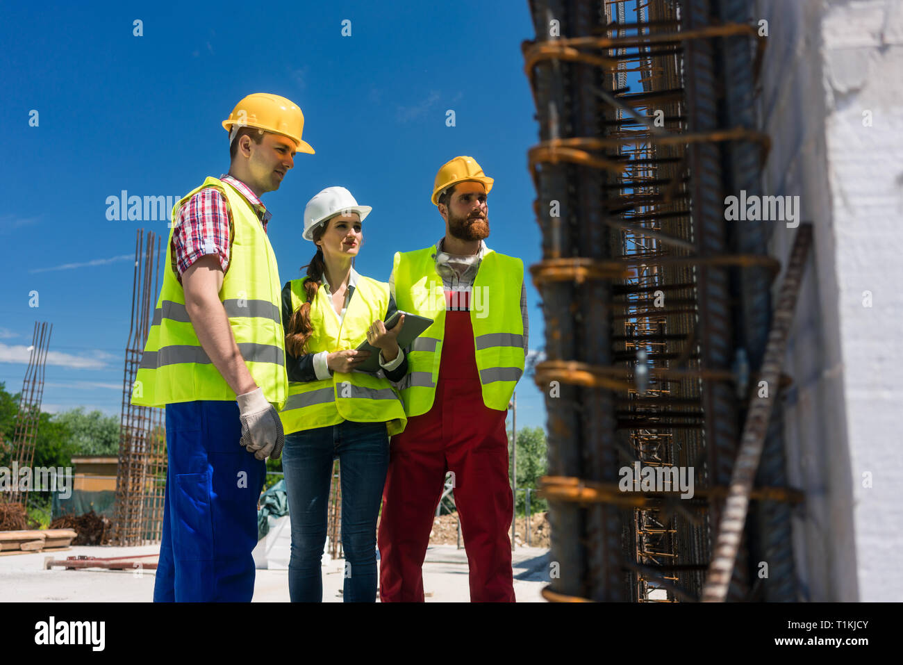 Architect supervising work on the construction site of a building - Stock Image