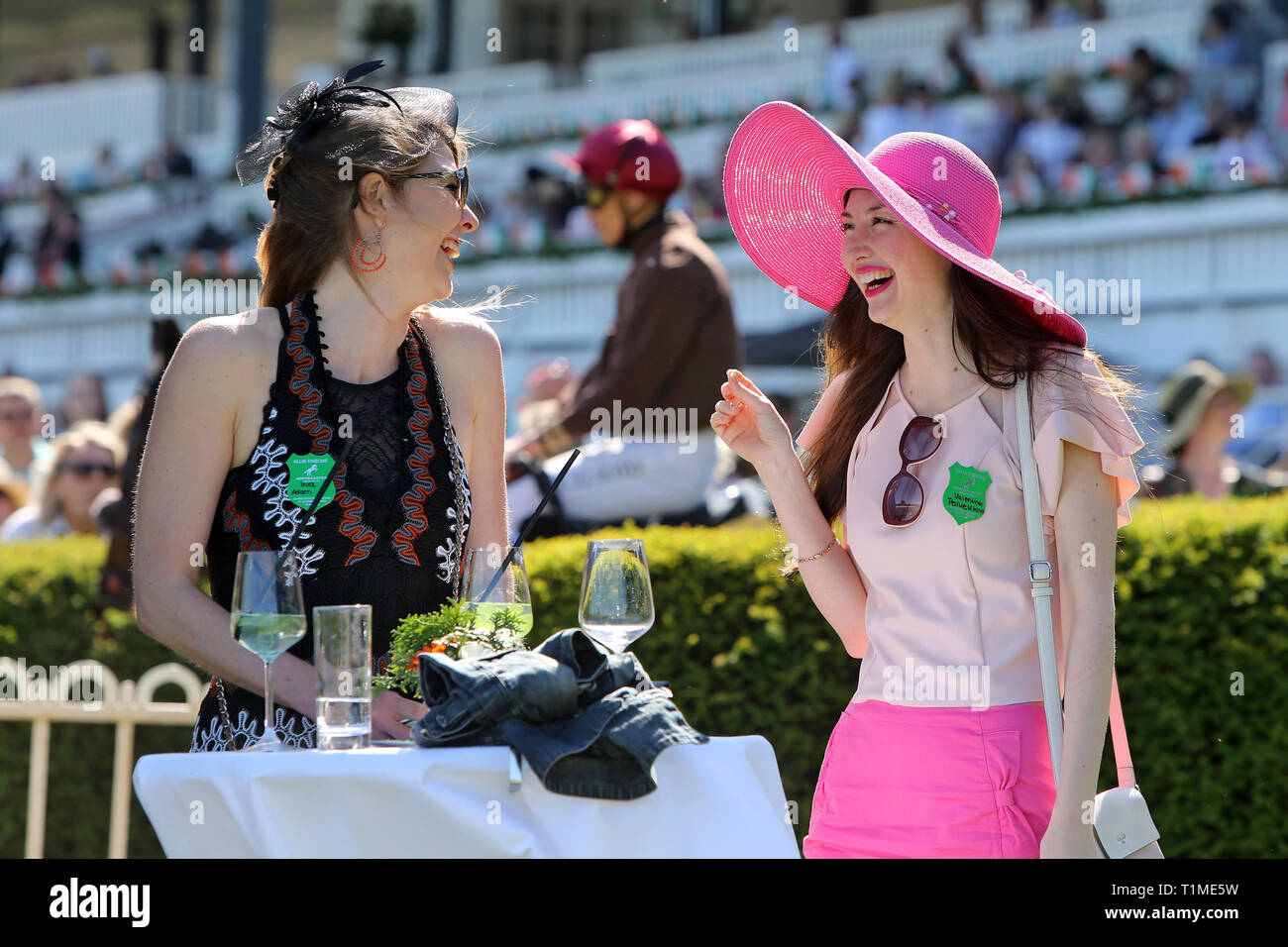20.05.2018, Hoppegarten, Brandenburg, Germany - young women with hats have fun at horse races. 00S180520D644CAROEX.JPG [MODEL RELEASE: NO, PROPERTY RE - Stock Image