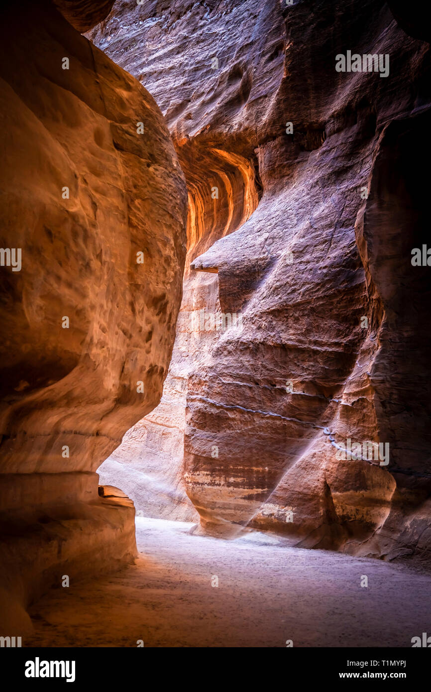 Suggestive route inside the sandstone canyons leading to the treasury of Petra, Jordan. - Stock Image