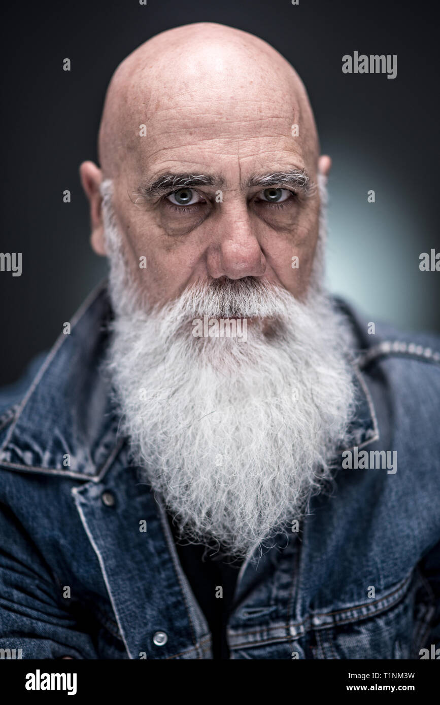 d626f331ff49 studio portrait of a senior hipster with a long white beard - Stock Image
