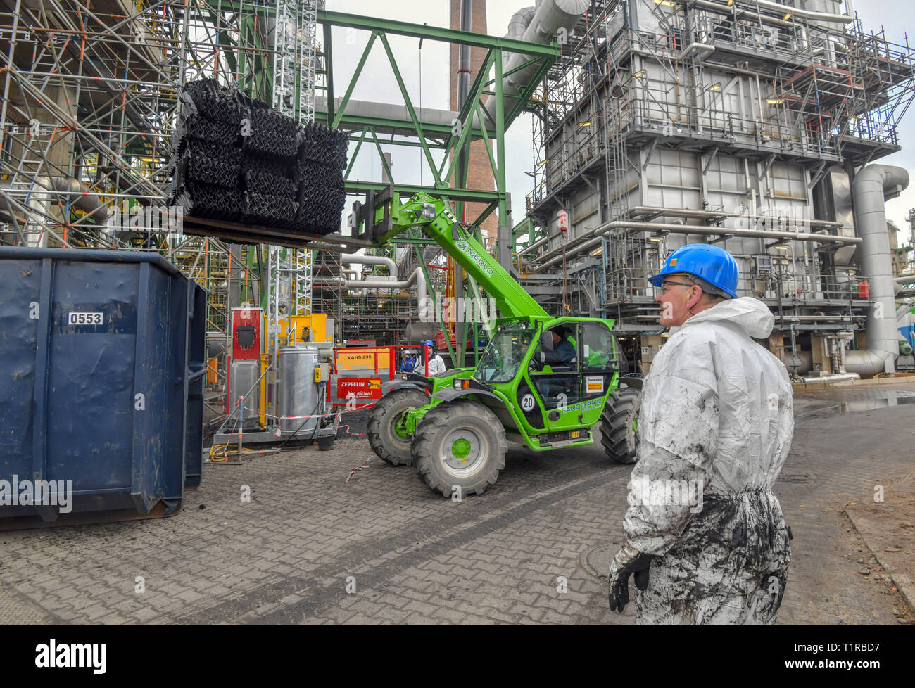 26 March 2019, Brandenburg, Schwedt: Worker in crude oil