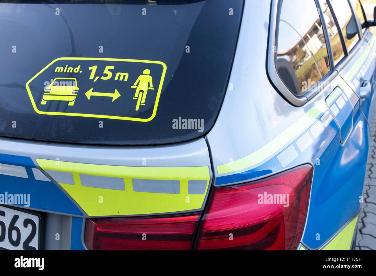 Die Polizei in NRW wirbt auf ihren Streifenwagen für einen Sicherheitsabstand zwischen Autos und Radfahrern, von 1,5 Metern, Stock Photo