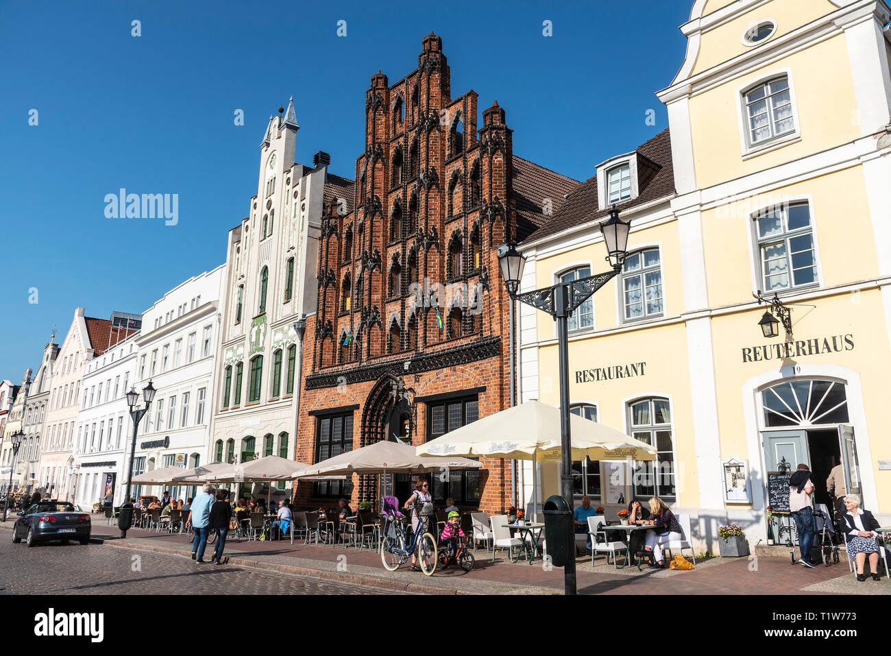 historic gabled houses, restaurant, market place, Wismar, Mecklenburg-Western Pomerania, Germany - Stock Image
