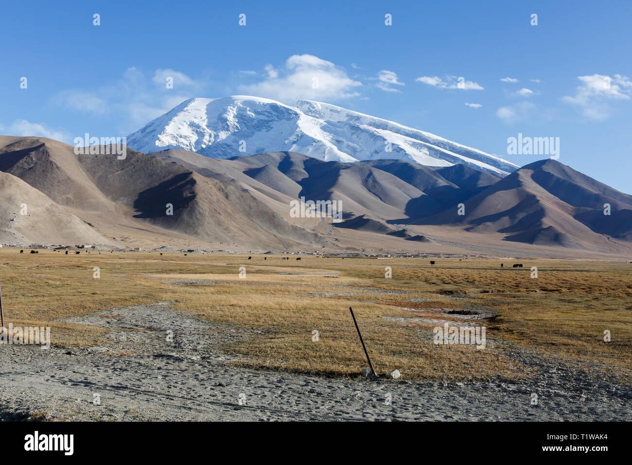 Muztagh Ata Mountain, captured near Lake Karakul (Karakorum Highway, Xinjiang, China) - Stock Image