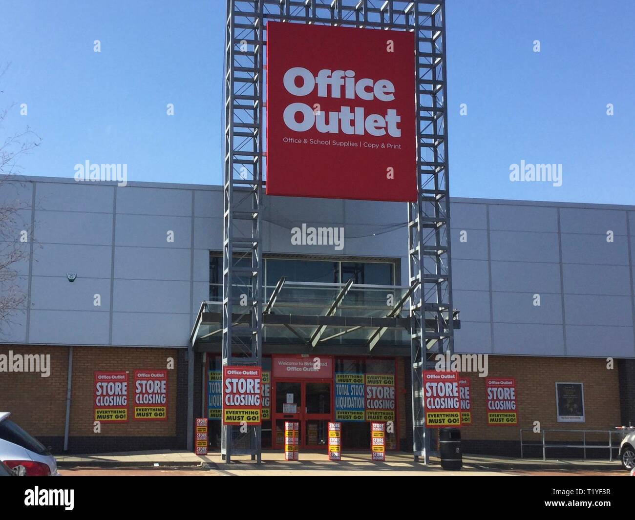 Wirral, UK. 29th Mar, 2019. Birkenhead chain off office outlet closing down after chain become high street victim Credit: IAN Fairbrother/Alamy Live News - Stock Image