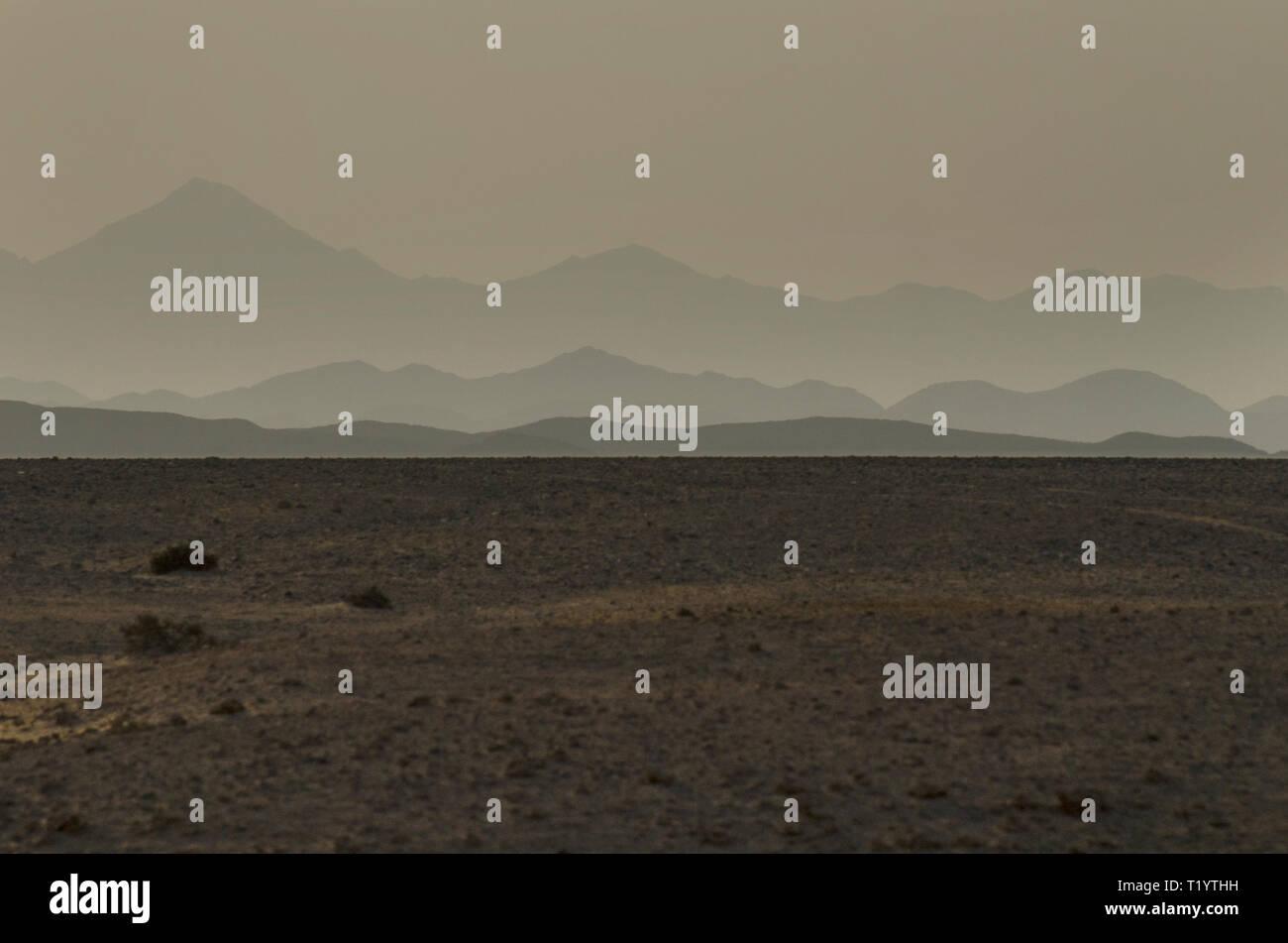 Empty Desert view with fading mountains, Hamata, Egypt - Stock Image