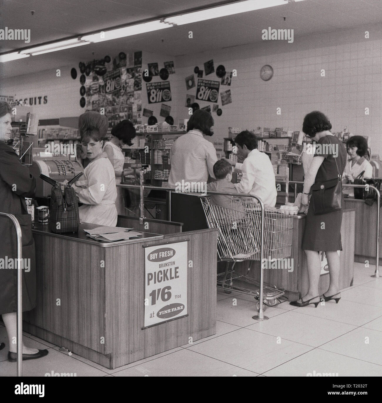 1960s, shoppers at the checkout inside a new 'Fine Fare' supermarket, England, UK. - Stock Image