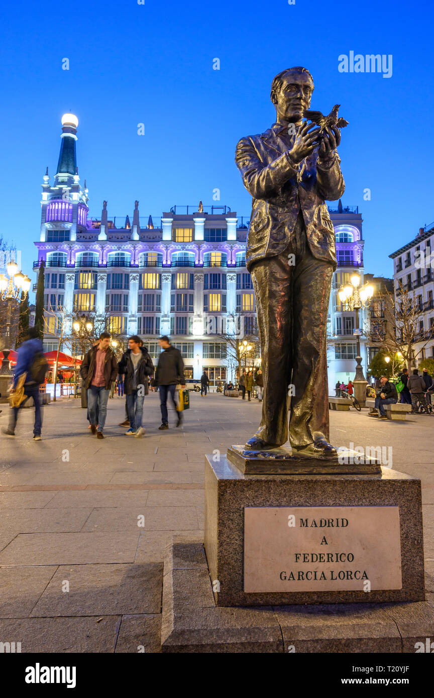 Statue of the poet Federico Garcia Lorca in the Plaza de Santa Ana  with the Reina Victoria Hotel in the background, central Madrid, Spain. - Stock Image