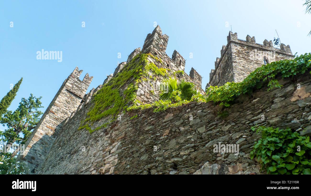 San Siro am Comer See, mit der Burg, alten Festung Rezzonico Stock Photo