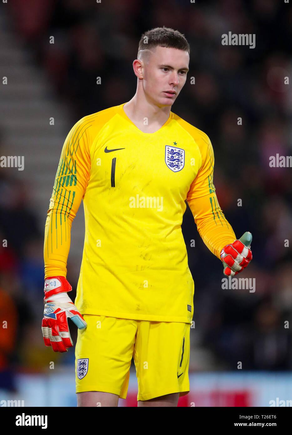 factory authentic 8e0f5 8401b England goalkeeper Dean Henderson Stock Photo: 242317830 - Alamy