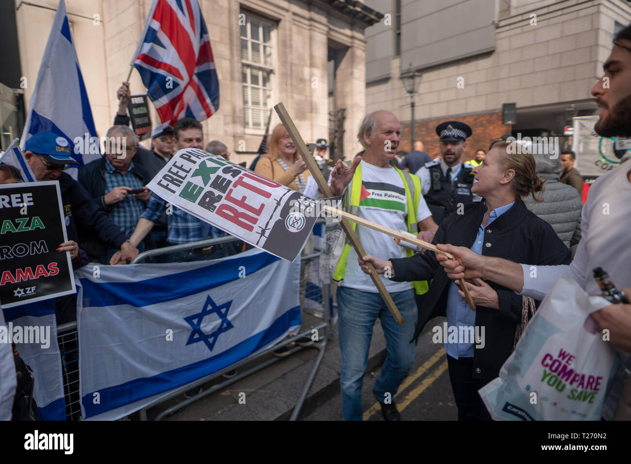 London, UK. 30th March 2019. A pro-Palestine demonstration (Exist, Resist Return) clashes with Israel supporters outside the Israel embassy in London. Photo date: Saturday, March 30, 2019. Photo: Roger Garfield/Alamy Live News Credit: Roger Garfield/Alamy Live News - Stock Image