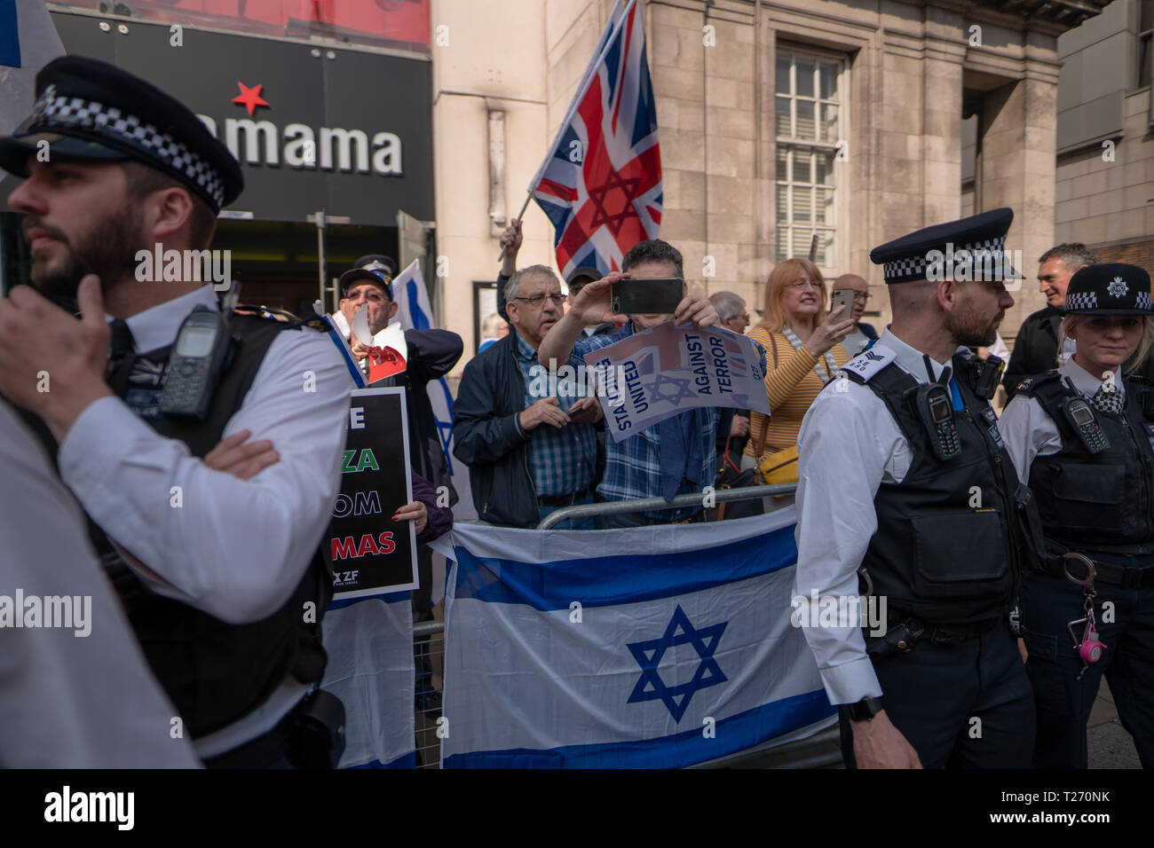 London, UK. 30th March 2019. Israel supporters at a pro-Palestine demonstration (Exist, Resist Return) outside the Israel embassy in London. Photo date: Saturday, March 30, 2019. Photo: Roger Garfield/Alamy Live News Credit: Roger Garfield/Alamy Live News - Stock Image