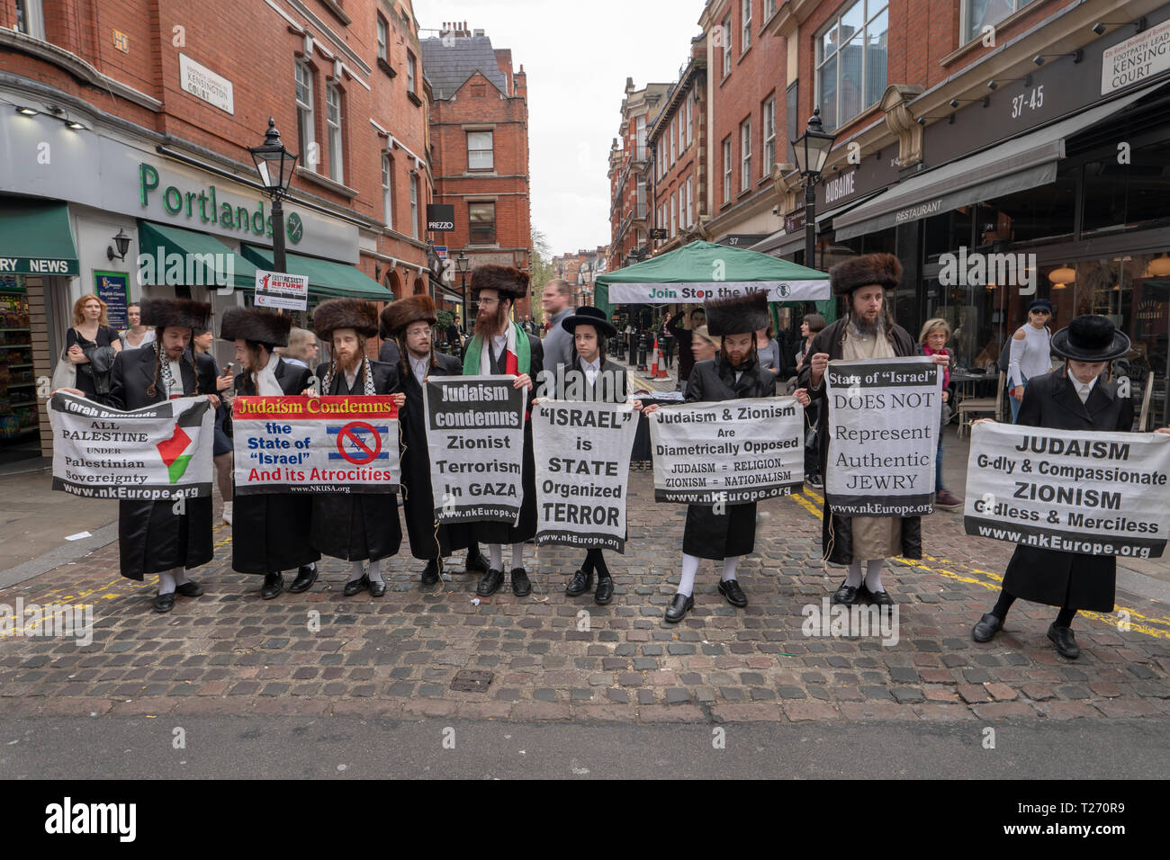 London, UK. 30th March 2019. Orthodox Jewish protesters at a pro-Palestine demonstration (Exist, Resist Return) outside the Israel embassy in London. Photo date: Saturday, March 30, 2019. Photo: Roger Garfield/Alamy Live News Credit: Roger Garfield/Alamy Live News - Stock Image