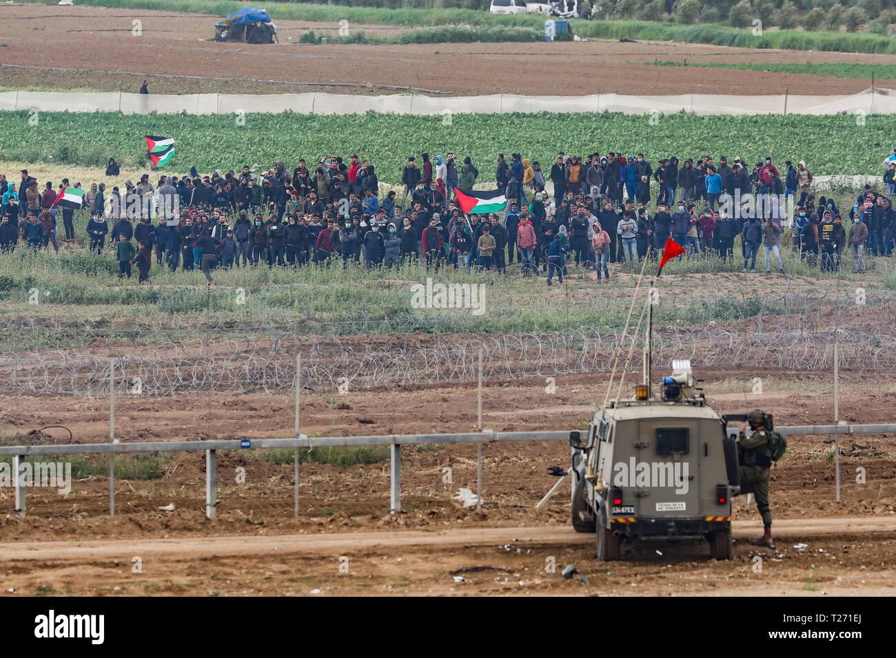 Nahal Oz. 30th Mar, 2019. Palestinian protesters from Gaza strip clash with Israeli soldiers at the security fence next to Nahal Oz, on March 30, 2019, as Palestinian demonstrators mark the first anniversary of the 'Great March of Return' and the Palestinian 'Land Day'. Credit: JINI/Xinhua/Alamy Live News - Stock Image