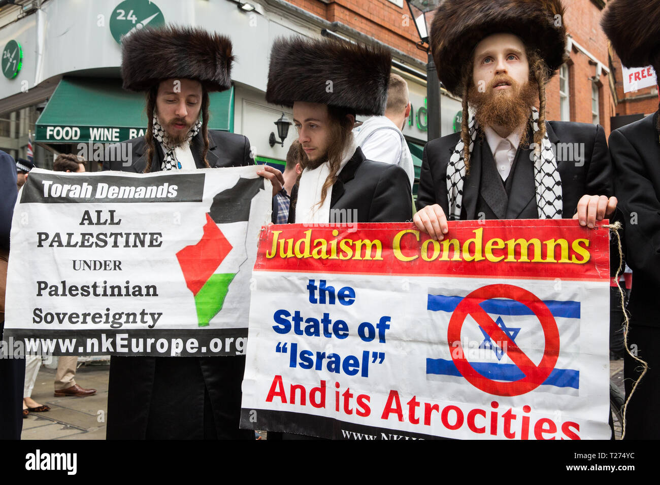 London, UK. 30th March, 2019. Orthodox Haredi Jews from Neturei Karta UK join pro-Palestinian campaigners at a Rally for Palestine outside the Israeli embassy to demand freedom, justice and equality for the Palestinian people. The rally was organised by Palestine Solidarity Campaign, Stop the War Coalition, Palestinian Forum in Britain, Friends of Al- Aqsa and Muslim Association of Britain. Credit: Mark Kerrison/Alamy Live News Stock Photo