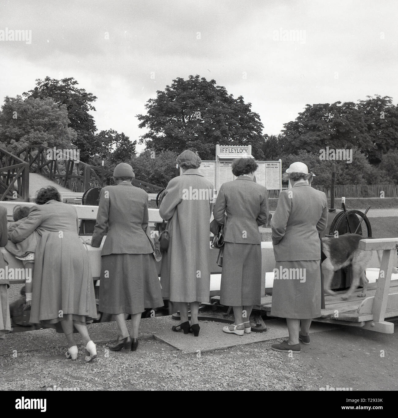 1950s, historical, a small group of mature ladies standing together by a wooden lock barrier at Iffley lock on the River Thames in Oxford, England UK. Originally built in 1631 and rebuilt in 1927 the loc's operation is via hydraulics. Stock Photo