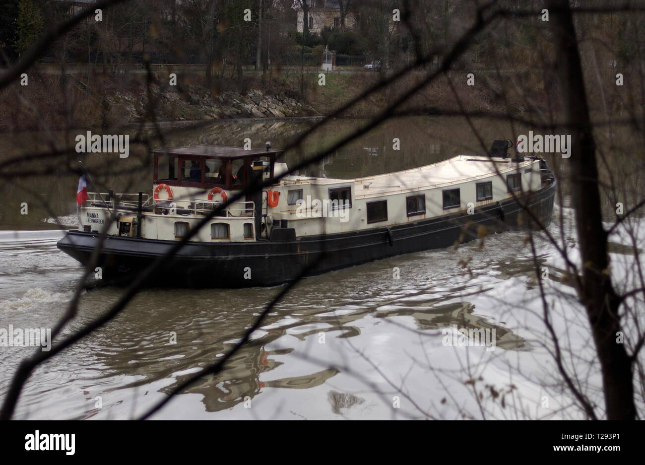 AJAXNETPHOTO. BOUGIVAL, FRANCE - INLAND WATERWAYS - OLD TIMER - A PENICHE ON ITS WAY UPSTREAM ON THE SEINE HEADING TOWARD PARIS. PHOTO:JONATHAN EASTLAND/AJAX REF:DX0601_3150 - Stock Image