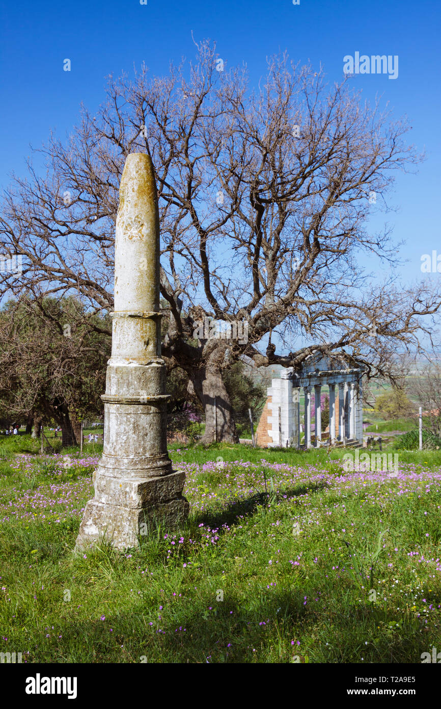 Apollonia, Fier, Albania : Obelisk of Apollo and ruins of the 2nd-century-AD Bouleuterion or Monument of Agonothetes. Founded by Greeks in 588 BC, Apo - Stock Image
