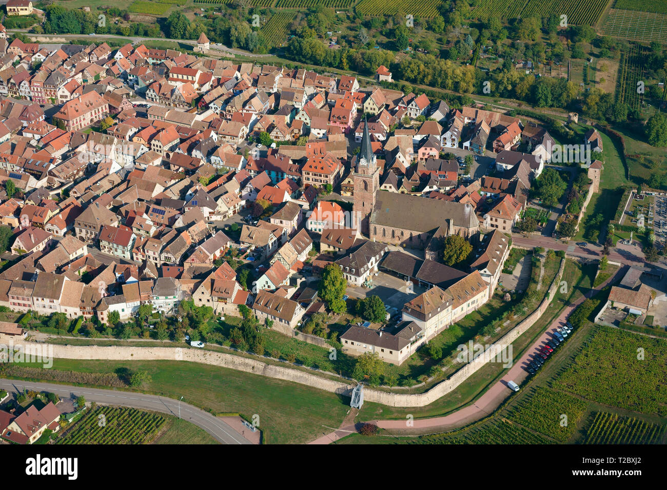 MEDIEVAL CITY WITH ITS SURROUNDING RAMPART (aerial view). Bergheim, Haut-Rhin, Alsace, Grand Est, France. - Stock Image