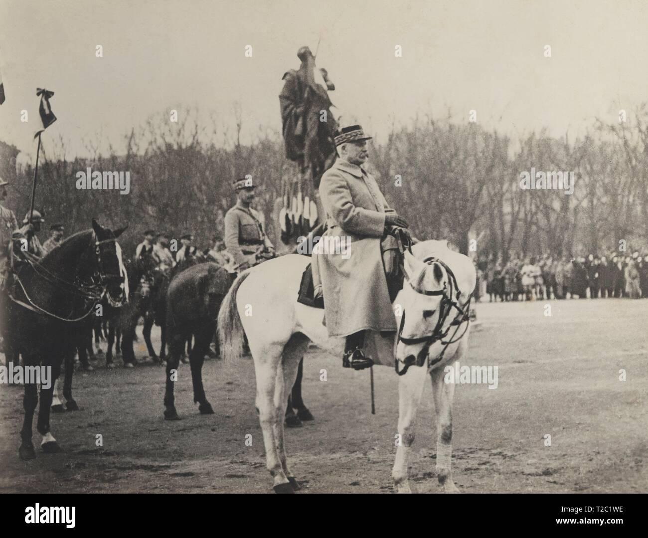 Francia. Primera guerra mundial (1914-1918). El mariscal Henri Philippe Pétain (1856-1951) asistiendo al desfile de las tropas francesas a su entrada en la villa de Metz. - Stock Image