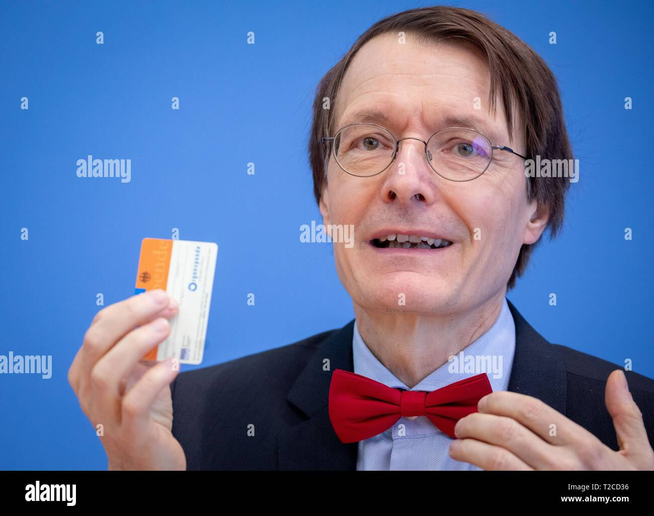 Berlin, Germany. 01st Apr, 2019. Karl Lauterbach, deputy chairman of the SPD parliamentary group and health expert of his party, will present an organ donation card at the federal press conference during the presentation of the new organ donation rules. MEPs propose a draft 'double opposition solution'. Credit: Kay Nietfeld/dpa/Alamy Live News - Stock Image