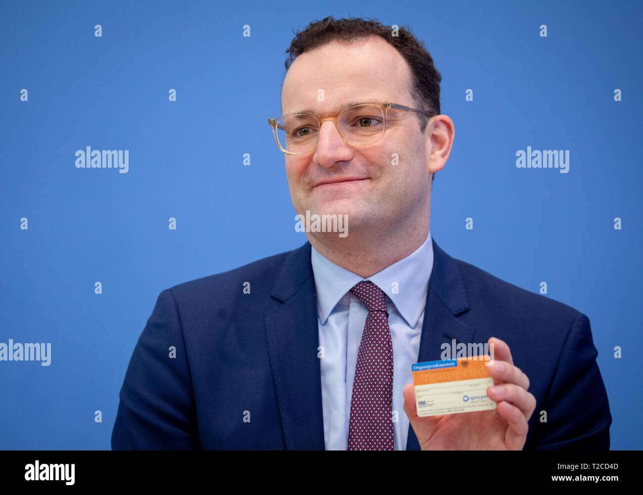 Berlin, Germany. 01st Apr, 2019. Jens Spahn (CDU), Federal Minister of Health, shows an organ donation card at the Federal Press Conference during the presentation of the new organ donation rules. MEPs propose a draft 'double opposition solution'. Accordingly, everyone is regarded as an organ donor, but one should be able to say no to this, otherwise relatives are to be asked - as a double barrier. In the Bundestag there are also initiatives for other new regulations. Credit: Kay Nietfeld/dpa/Alamy Live News - Stock Image