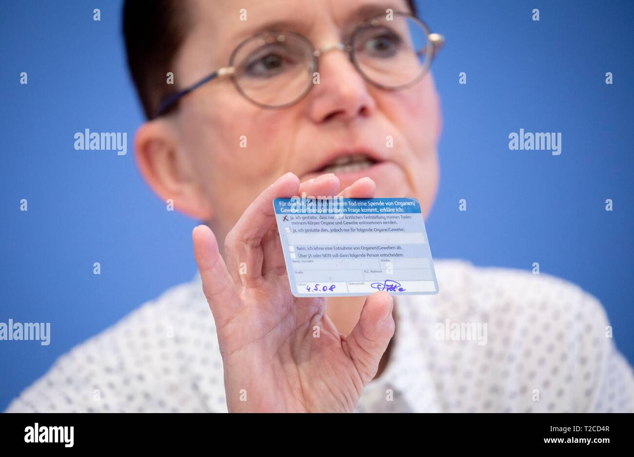 Berlin, Germany. 01st Apr, 2019. Petra Sitte (Die Linke) shows an organ donation card at the federal press conference during the presentation of the new organ donation rules. MEPs propose a draft 'double opposition solution'. Accordingly, everyone is regarded as an organ donor, but one should be able to say no to this, otherwise relatives are to be asked - as a double barrier. In the Bundestag there are also initiatives for other new regulations. Credit: Kay Nietfeld/dpa/Alamy Live News - Stock Image