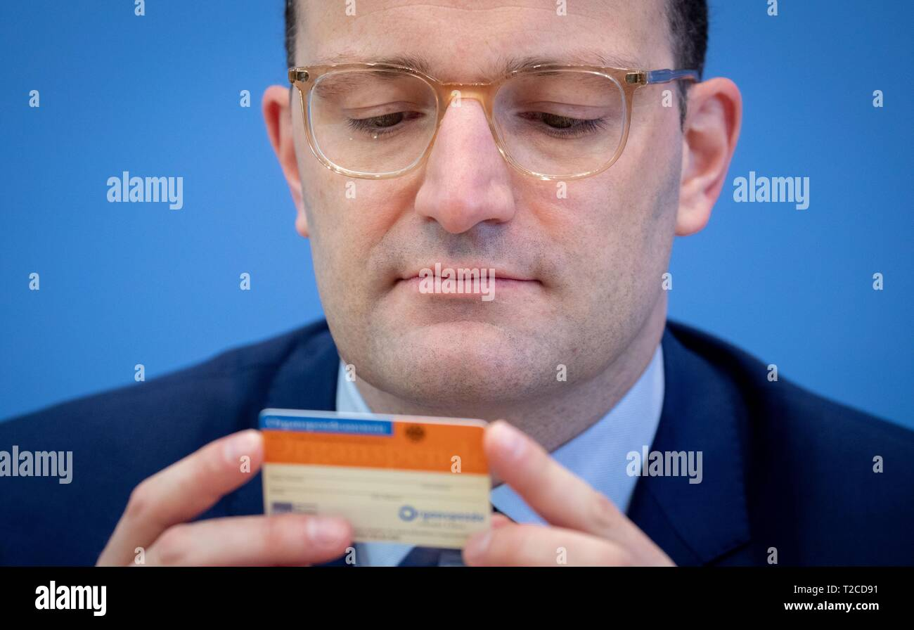 Berlin, Germany. 01st Apr, 2019. Jens Spahn (CDU), Federal Minister of Health, looks at an organ donor card at the Federal Press Conference during the presentation of the new organ donation rules. MEPs propose a draft 'double opposition solution'. Accordingly, everyone is regarded as an organ donor, but one should be able to say no to this, otherwise relatives are to be asked - as a double barrier. In the Bundestag there are also initiatives for other new regulations. Credit: Kay Nietfeld/dpa/Alamy Live News - Stock Image