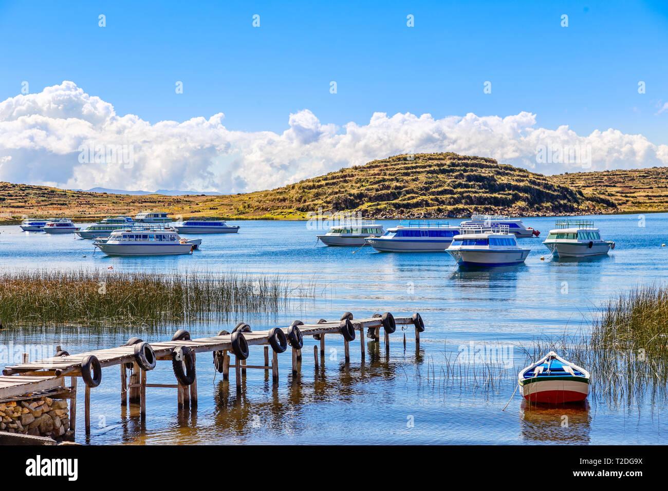 Motor boats anchored at the coast of Titicaca lake, Bolivia - Stock Image