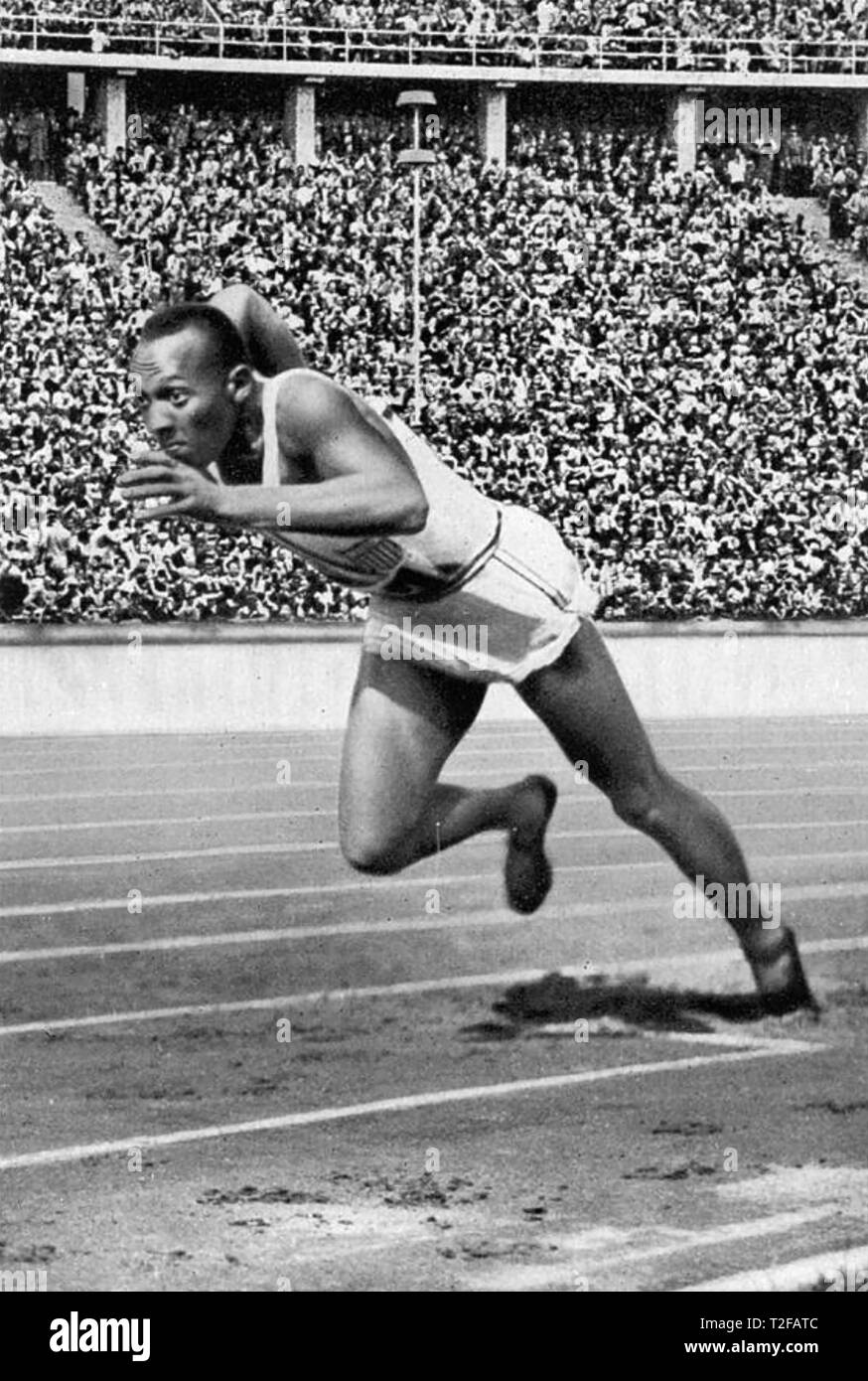 JESSE OWENS (1913-1980) American athlete starting his record breaking 200m run at the 1936 Olympic Games in Berlin. - Stock Image