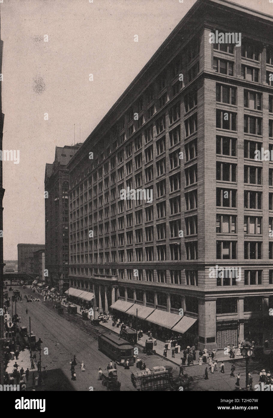 State Street looking north from Washington Street. Marshall Field & Company & the Masonic Temple across Randolph Street - Stock Image