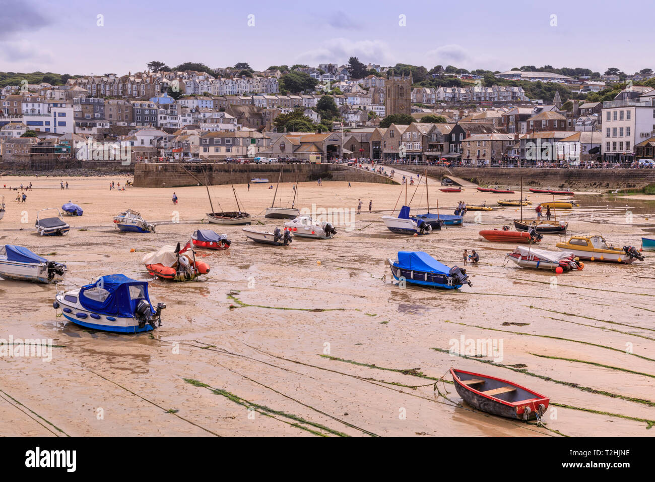Boats, harbour at low tide, St Ives, popular seaside resort in hot weather, Summer, Cornwall, England, United Kingdom, Europe - Stock Image