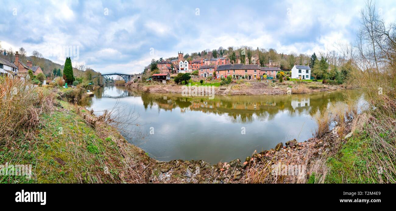 The River Severn flows under the famous Iron Bridge and through the town of Ironbridge in Shropshire, England. - Stock Image