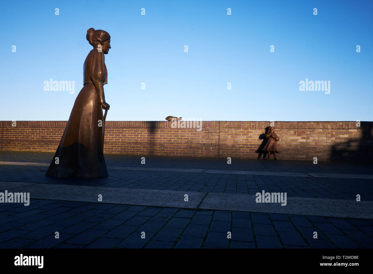Statues of Alfred and Ada Salter, and a cat, in Rotherhithe, London, UK. The statues are also known as Dr. Salter's Daydream - Stock Image