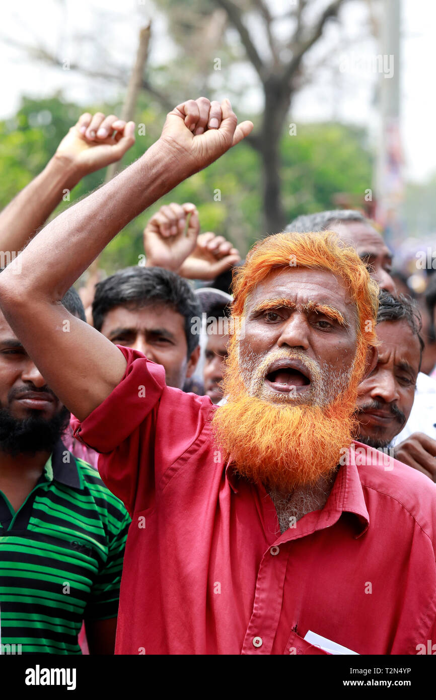 Dhaka, Bangladesh. 03rd Apr, 2019. Jute Mill workers in Damra blockade the staff quarter area on the Dhaka- Sylhet highway as their 72-hour strike began 02 April 2019, Dhaka, Bangladesh. Credit: SK Hasan Ali/Alamy Live News - Stock Image