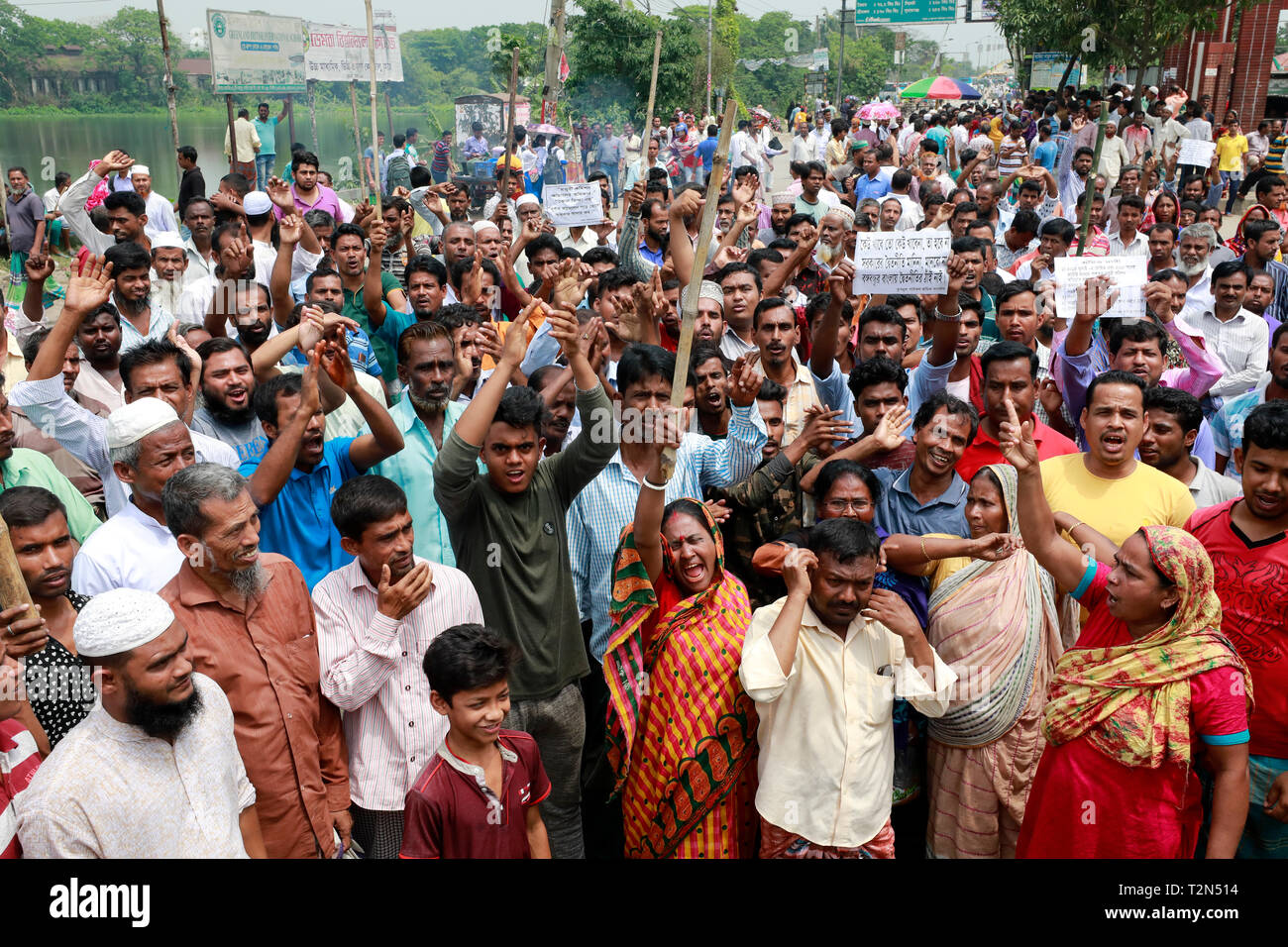 Dhaka, Bangladesh. 03rd Apr, 2019. Jute Mill workers in Damra blockade the staff quarter area on the Dhaka- Sylhet highway as their 72-hour strike began 02 April 2019, Dhaka, Bangladesh. Credit: SK Hasan Ali/Alamy Live News - Stock Image