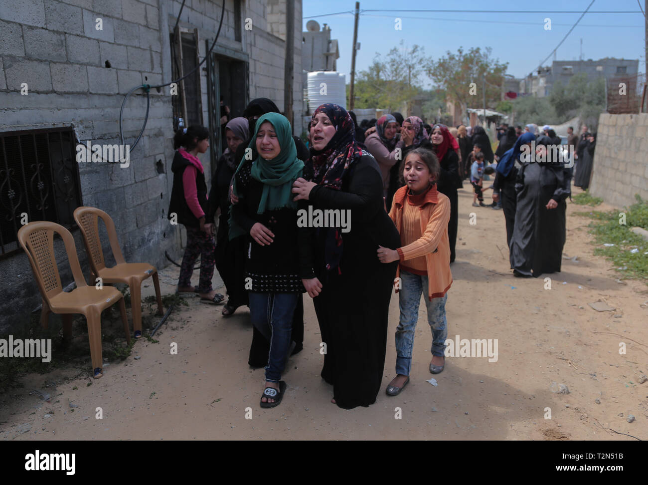 Gaza, khan younis, Palestine. 3rd Apr, 2019. Relatives of the deceased are seen mourning during the funeral ceremony of Faris Abu Hijras, 26, who was killed by Israeli troops east of Khuza'a near the Israeli-Gaza border during the Palestinian Land Day demonstrations. Credit: Yousef Masoud/SOPA Images/ZUMA Wire/Alamy Live News - Stock Image