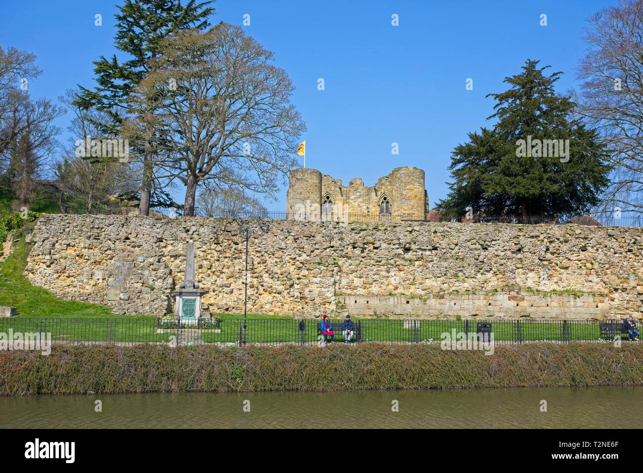 The River Medway and Tonbridge Castle Gatehouse, Kent,England - Stock Image