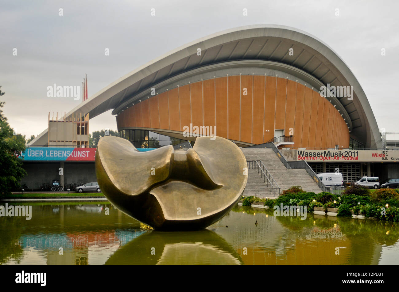 Haus der Kulturen der Welt ('House of the World's Cultures'), with the Henry Moore sculpture in the front. Berlin, Germany - Stock Image