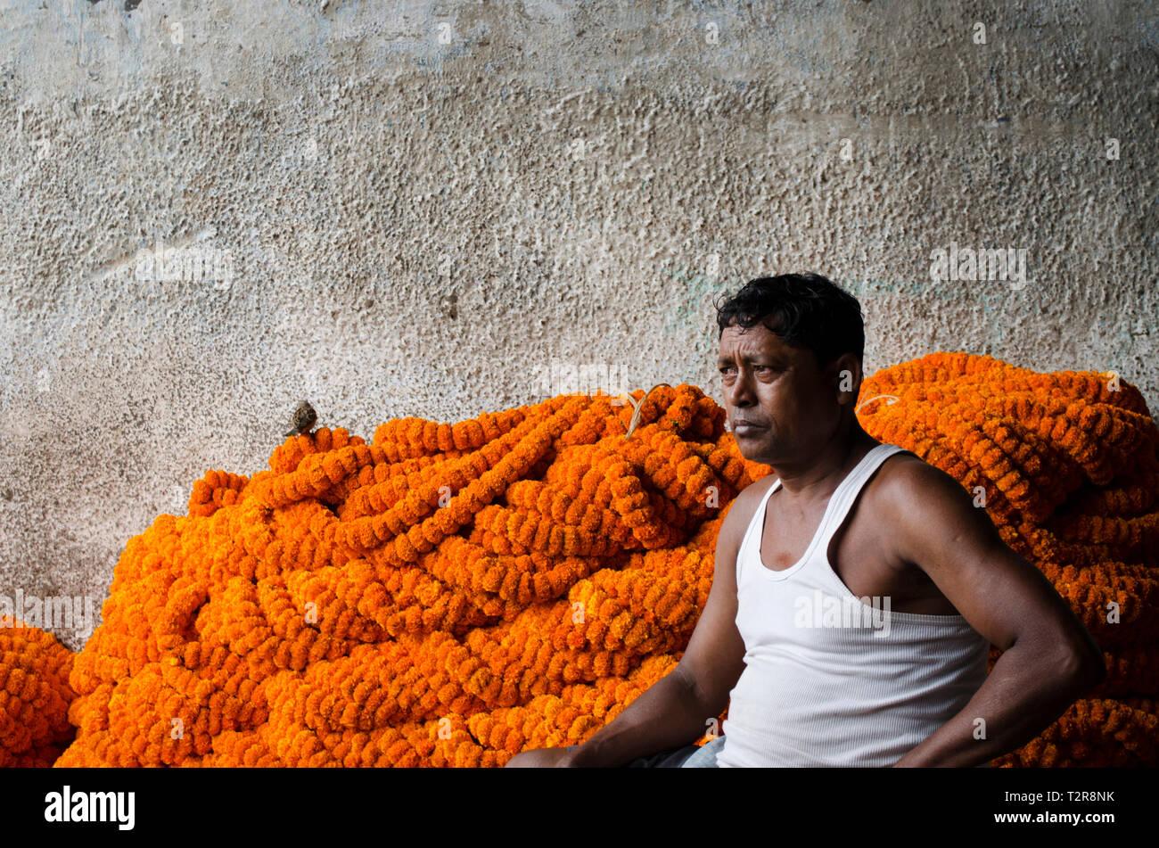 Indian flower seller in Kolkata, India - Stock Image