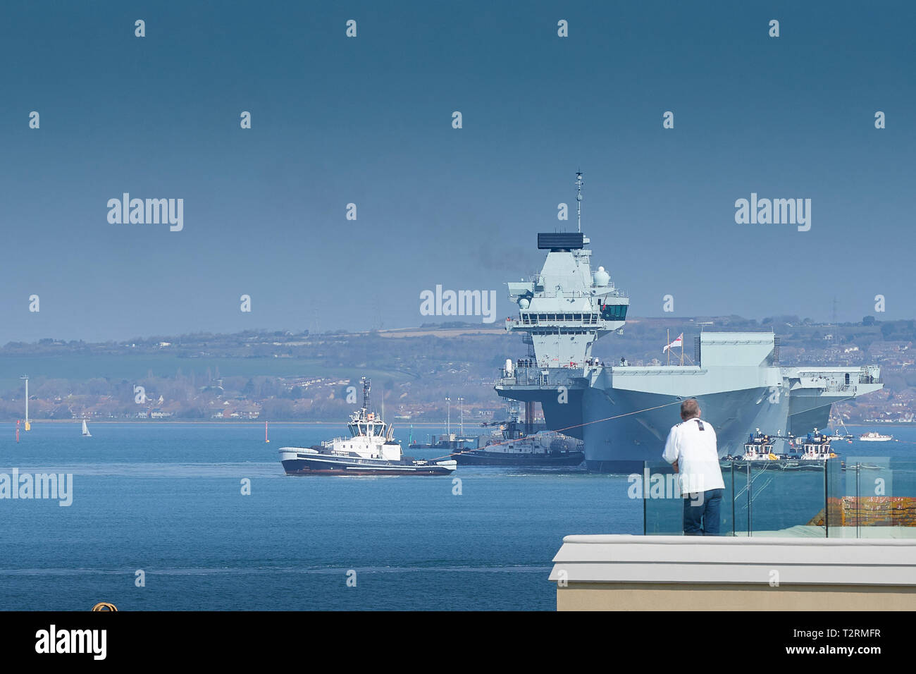 Royal Navy Aircraft Carrier, HMS QUEEN ELIZABETH, Being Guided From Her Berth By 5 Tugs Prior To Her Departure From Portsmouth To Rosyth, Scotland. - Stock Image