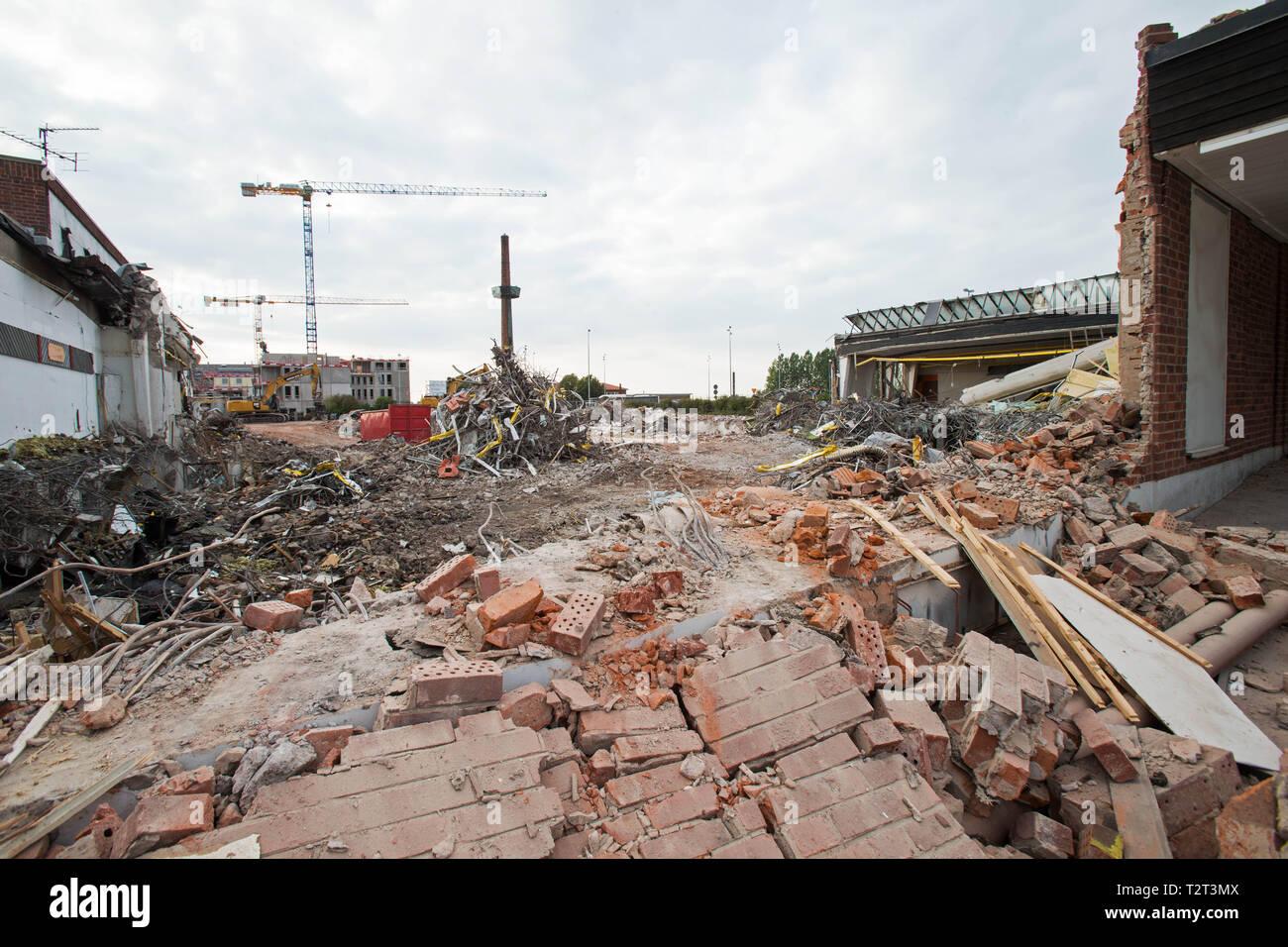 Rivning av en gammal affär/ demolition of an old shop. - Stock Image