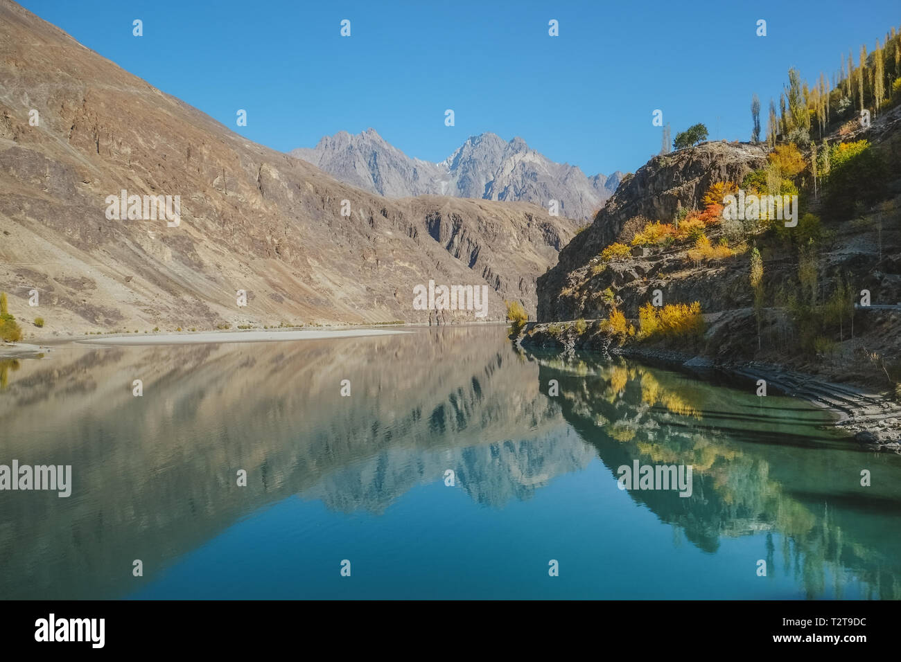 Landscape view of reflection in the water of mountains at Khalti Lake, Gupis Ghizer. Gilgit Baltistan, Pakistan. - Stock Image