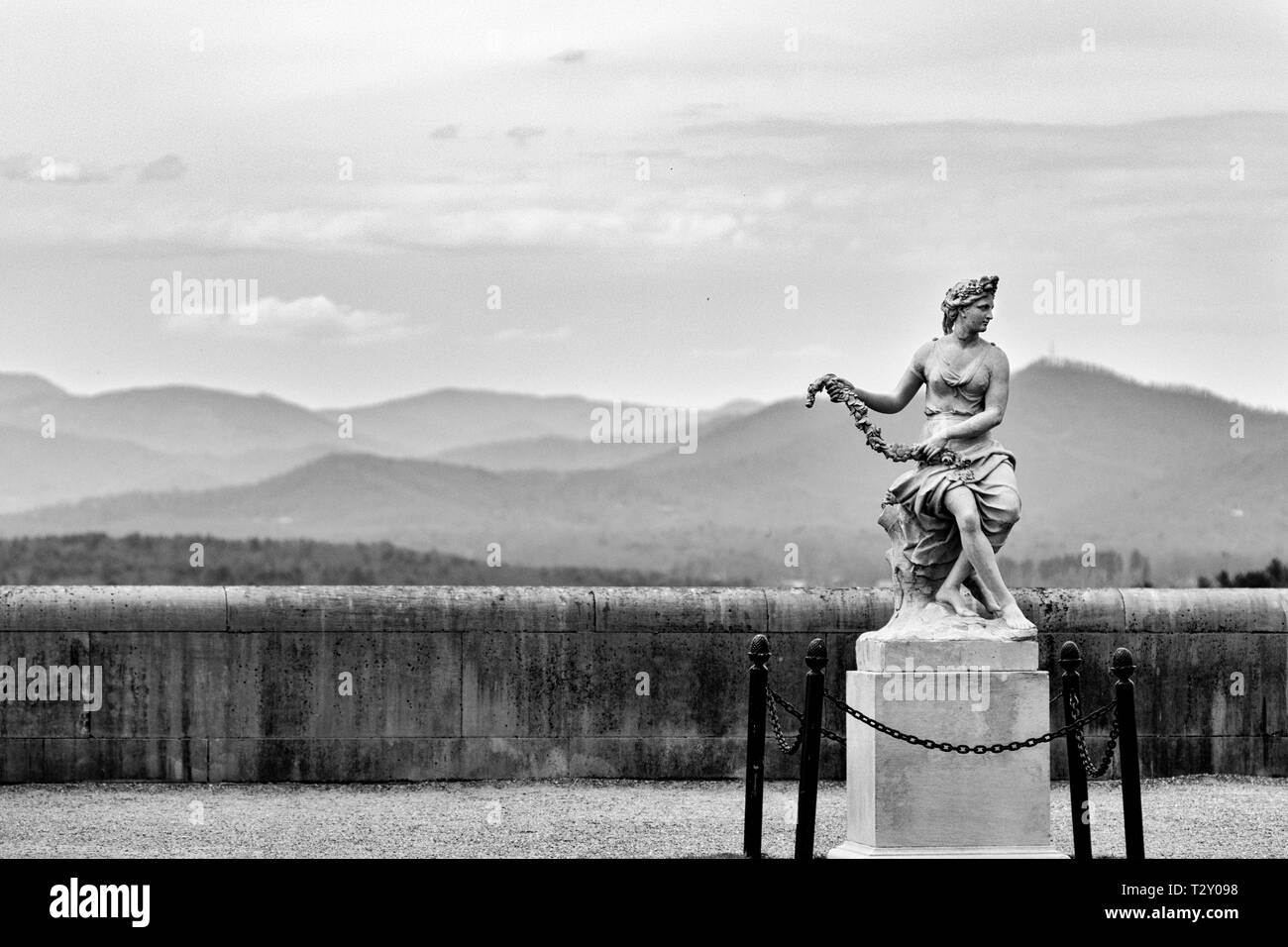 A statue of Flora or Venus stands in front of a vast view of the Great Smokies, including Mount Pisgah, at the Biltmore Estate in Asheville, NC, USA - Stock Image