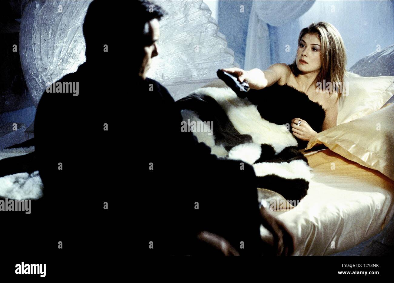 PIERCE BROSNAN, ROSAMUND PIKE,  DIE ANOTHER DAY, 2002 - Stock Image