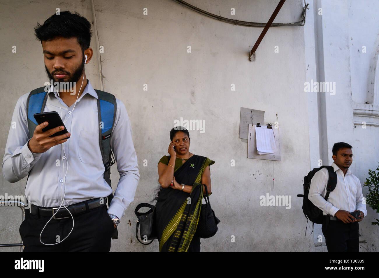 People using their mobile phones, Colombo, Sri Lanka Stock Photo