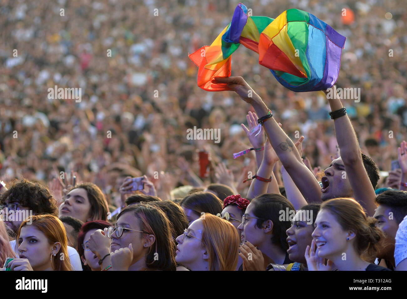 Sao Paulo, Brazil. 05th Apr, 2019. Public with LGBT banner in the show of The 1975 that presented/displayed in the festival Lollapalooza 2019, (PHOTO: LEVI BIANCO/BRAZIL PHOTO PRESS) Credit: Brazil Photo Press/Alamy Live News - Stock Image
