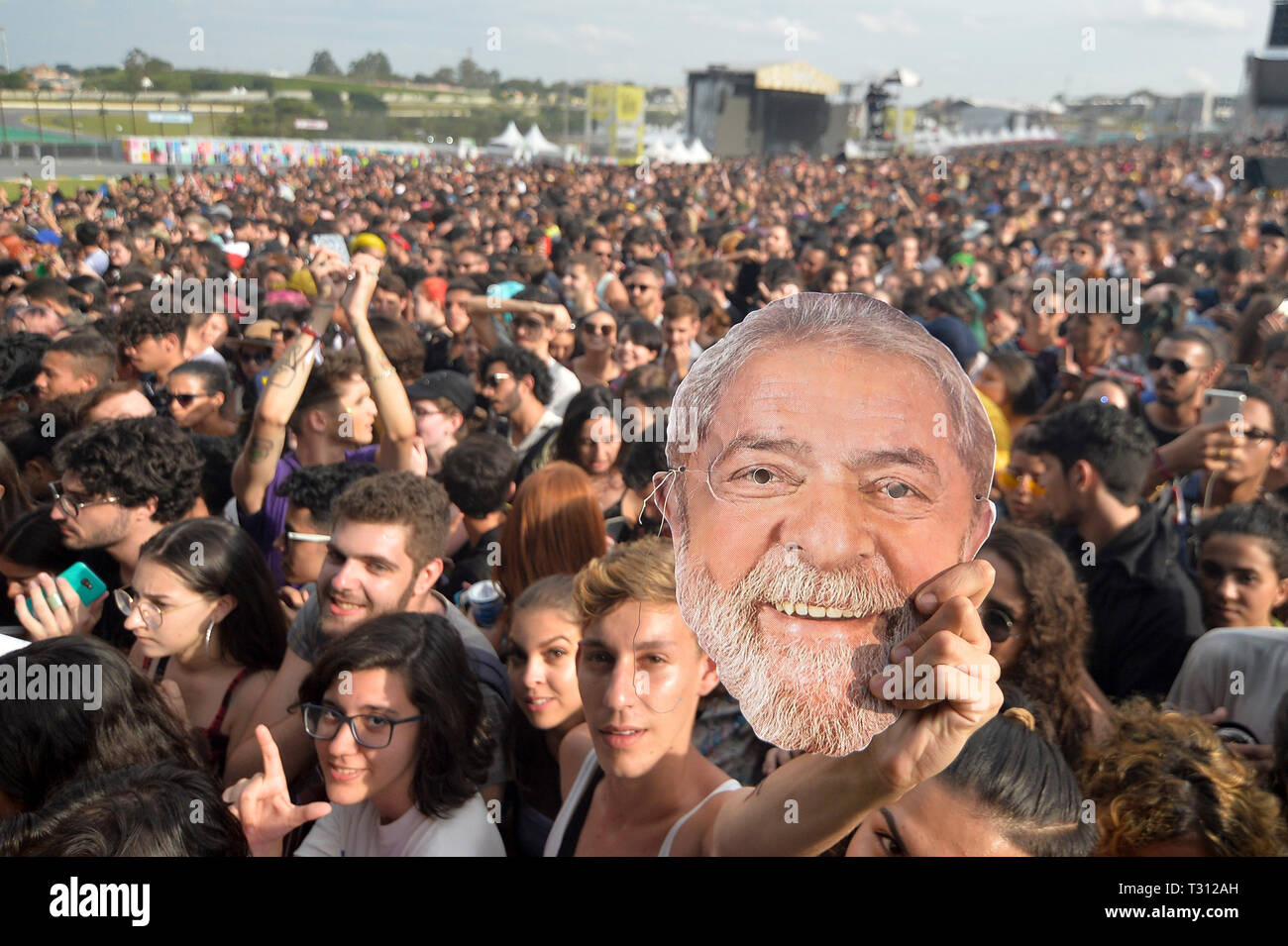 Sao Paulo, Brazil. 05th Apr, 2019. mask of former president Luiz Inácio Lula da Silva in the festival Lollapalooza 2019, (PHOTO: LEVI BIANCO/BRAZIL PHOTO PRESS) Credit: Brazil Photo Press/Alamy Live News - Stock Image