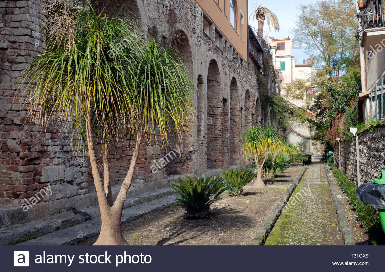 Wall curtain builded for consolidate the mountain where Romans constructed a big water tank - Stock Image