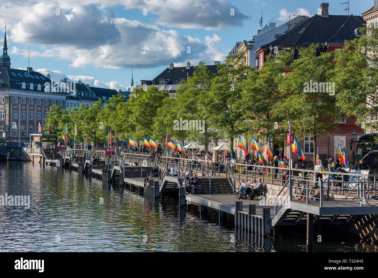 Hygge in action, Danes enjoying the late afternoon September sunshine by the Slotsholmskanalen in Copenhagen - Stock Image